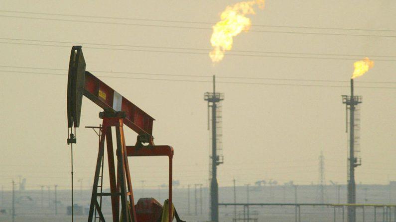 Los países de la OPEP han anunciado una baja en la producción diaria de petróleo, que afectará a la economía global. (Foto por Joe Raedle/Getty Images)