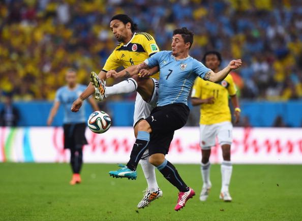 Abel Aguilar de Colombia y Cristian Rodríguez de Uruguay. (Foto por Matthias Hangst/Getty Images)