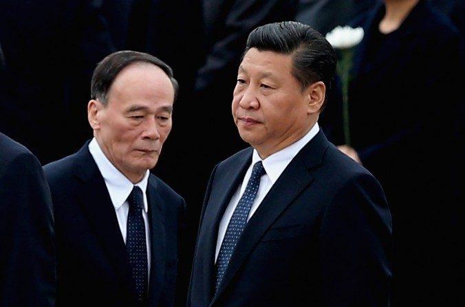 El presidente chino Xi Jinping (der) y el secretario de la Comisión Central para la Inspección Disciplinaria, Wang Qishan, en el Monumento a los heroes del pueblo durante una ceremonia el 30 de septiembre de 2014 en Beijing. (Feng Li/Getty Images)