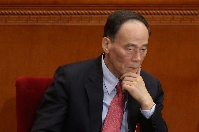 El jefe de lucha contra la corrupción, Wang Qishan, en el Gran Palacio del Pueblo en Beijing el 5 de marzo de 2014. Recientemente, los investigadores anticorrupción criticaron la Oficina 610, una organización extralegal del Partido que supervisa la persecución a Falun Gong, en un informe. (Feng Li / Getty Images)