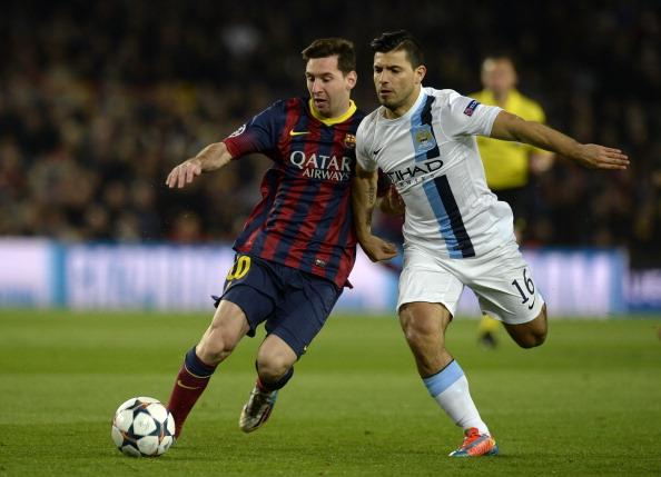 El delantero del Barcelona Lionel Messi (Izq.) peleando el balón con su par del Manchester City Sergio Aguero (Der.) durante un partido de la Champions League en 2014. (LLUIS GENE/AFP/Getty Images)