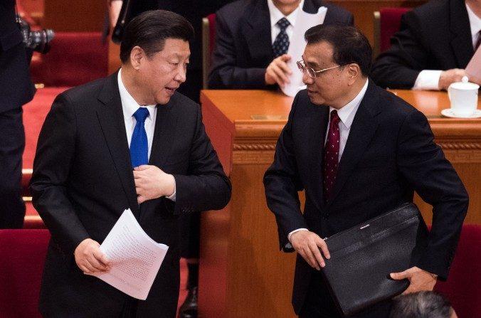 El mandatario chino Xi Jinping y el primer ministro chino Li Keqiang en el Gran Salón del Pueblo en Beijing el 3 de marzo de 2016. (Johannes Eisele/AFP/Getty Images)