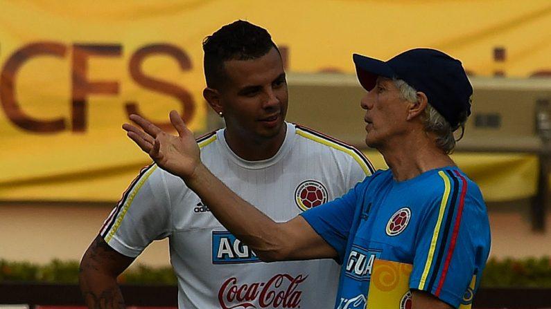 Jose Pekerman (R) habla con Edwin Cardona (foto LUIS ACOSTA/AFP/Getty Images)
