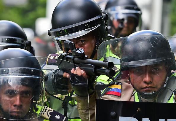 Policía reacciona durante una marcha de estudiantes de una Universidad pública de Venezuela contra el presidente Nicolás Maduro, en Caracas, el 9 de junio de 2016. (RONALDO SCHEMIDT/AFP/Getty Images)