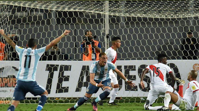 Ramiro Funes Mori (C) de Argentina celebra anotación contra Perú (foto LUKA GONZALES/AFP/Getty Images)