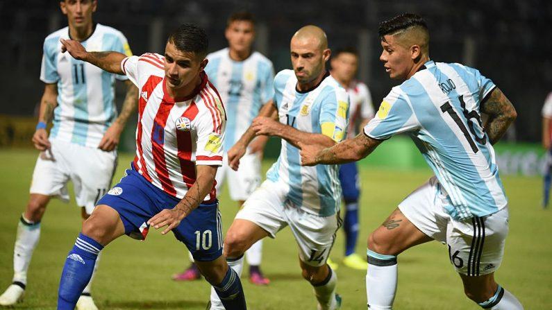 Derlis González (de Paraguay) compite por la pelota (foto EITAN ABRAMOVICH/AFP/Getty Images)