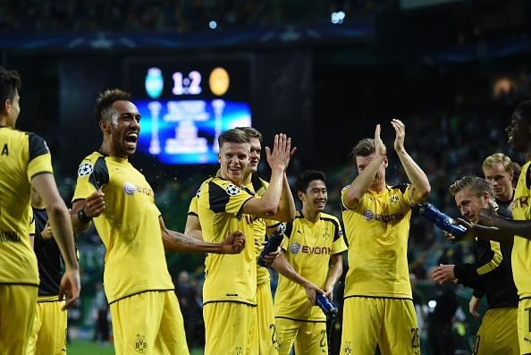 Jugadores del Dortmund celebran después del partido contra Sporting Lisboa de la Champions League en el estadio José Alvalade en Lisboa el 18 de octubre de 2016. (FRANCISCO Leong / AFP / Getty Images)