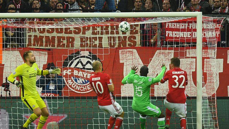 FC Bayern Muenchen y PSV Eindhoven (Foto por Lennart Preiss/Bongarts/Getty Images)