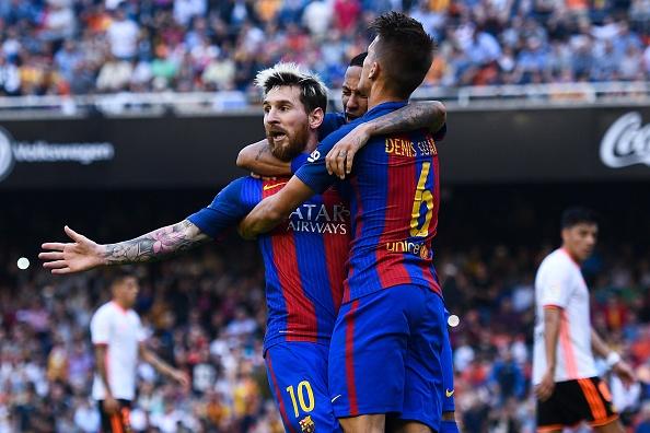 Lionel Messi de FC Barcelona celebra con su equipo luego de convertir el penal contra el Valencia por la Liga española el 22 de octubre de 2016. (David Ramos/Getty Images)