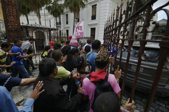 Cuando comenzaba su intervención el primer vicepresidente del Parlamento, Enrique Márquez, los simpatizantes del chavismo irrumpieron en la Cámara y boicotearon el debate. La paz se restableció media hora después y la sesión especial pudo continuar. (Foto: JUAN BARRETO/AFP/Getty Images)