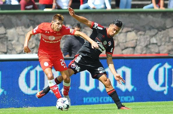 Pablo Barritentos (Izq.) de Toluca pelea por el balón con Michael Orozco (Der.) de Tijuana durante el partido del Apertura 2016 de la Liga MX. (MARIA CALLS/AFP/Getty Images)
