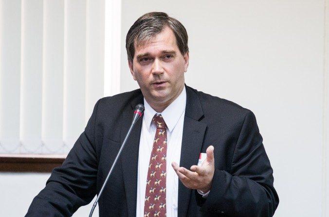 Torsten Trey, director ejecutivo de Médicos contra la Sustracción Forzada de Órganos, habla en un evento en Taipei, el 27 de febrero de 2013. (Chen Pochou/La Gran Época)