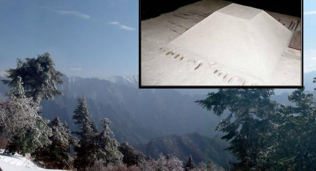 Arriba a la derecha: Modelo de una pirámide mausoleo, en el Museo de Han Yang Ling. Algunos dicen que la gente ha confundido la pirámide mausoleo conocida por la Pirámide Blanca de la leyenda, pero otros no están de acuerdo diciendo que las descripciones no coinciden. (Wikimedia Commons)