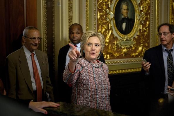 WikiLeaks filtró correos de campaña de Hillary Clinton, provenientes de John Podesta -detrás de Clinton- su jefe de campaña (Foto BRENDAN SMIALOWSKI/AFP/Getty Images)