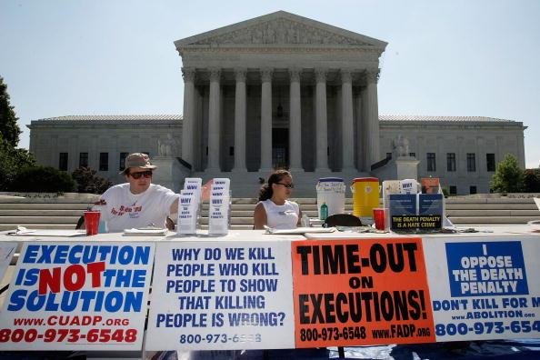 Activistas protestando en contra de la pena de muerte (Foto by Alex Wong/Getty Images)