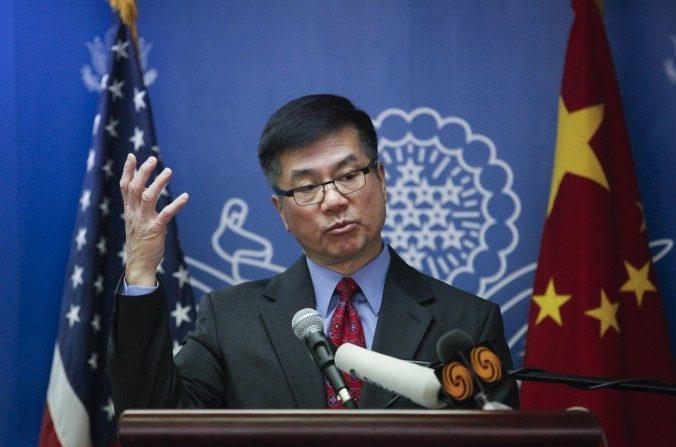 El embajador de Estados Unidos para China, Gary Locke, da su discurso de despedida en el Centro Americano de Beijing el 26 de febrero de 2014. Locke dijo que Clinton  es firme respecto de los derechos humanos. (ChinaFotoPress/Getty Images)