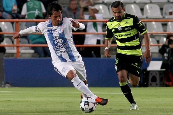 Bryan Rabello (Der.), luego de su paso por Santos, fichó por Los Pumas de UNAM. (MARIA CALLS/AFP/Getty Images)