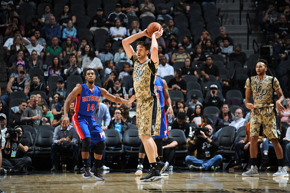 SAN ANTONIO, TX: Pau Gasol sostiene el balón frente a los Detroit Pistons en el AT&amp. (Mark Sobhani/NBAE via Getty Images)