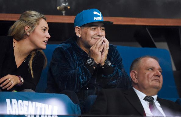 Maradona, ex jugador de la selección argentina, junto a su novia Rocío Oliva en la Copa Davis 2016 en Zagreb, 25 de noviembre de 2016.  (STRINGER/AFP/Getty Images)