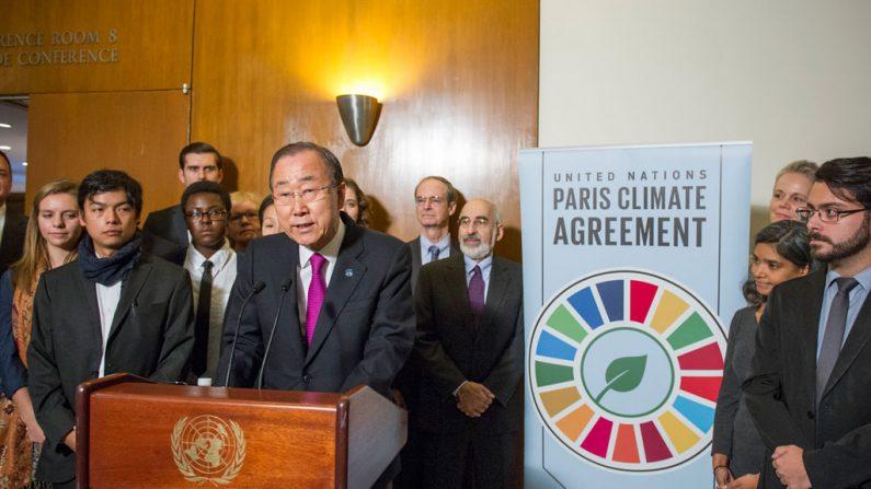 Ban Ki-moon habla a la prensa de la entrada en vigor del Acuerdo de París. (Foto: ONU/Rick Bajornas)