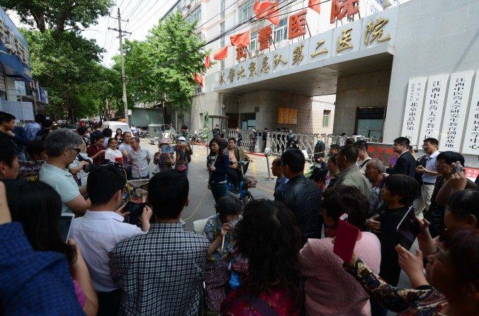 Una multitud se reúne fuera del Segundo Hospital del Cuerpo de Policía Armada de Beijing el 4 de mayo del 2016. (La Gran Época).