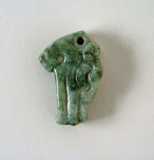 Colgante de jade con forma de cabeza de serpiente; imagen meramente representativa. Civilización maya, México (Chiapas) o Guatemala, 200 d. C. – 900 d. C. (LACMA/Public Domain)