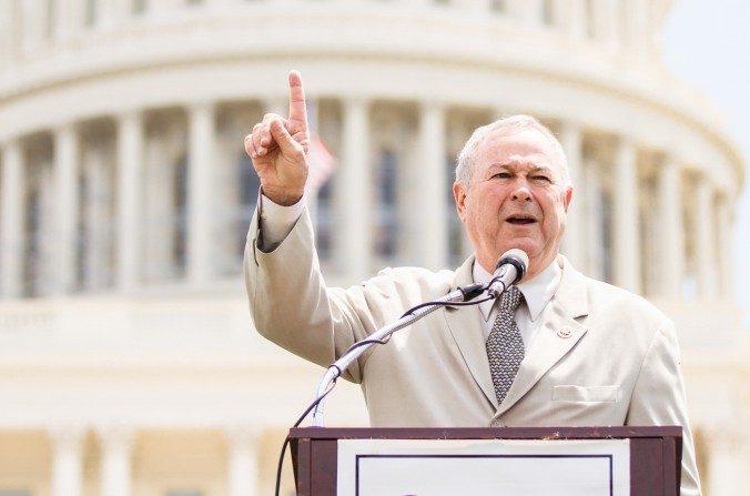 El representante por California, Dana Rohrabacher, en un evento en apoyo a los derechos humanos en el Capitolio de EE. UU., Washington DC, el 17 de julio de 2014. (Edward Dai/La Gran Época)