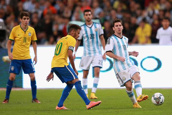 Neymar de Brasil compite por el balón con Lionel Messi de Argentina durante un amistoso el 11 de octubre de 2014 en Beijing, China. (Feng Li/Getty Images)