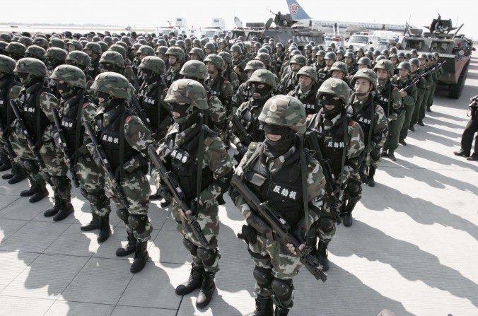 Tropas de la Policía Armada del Pueblo en un simulacro anti secuestro en la ciudad de Guangzhou, China, el 26 de noviembre de 2005. (China Photo/Getty Images)