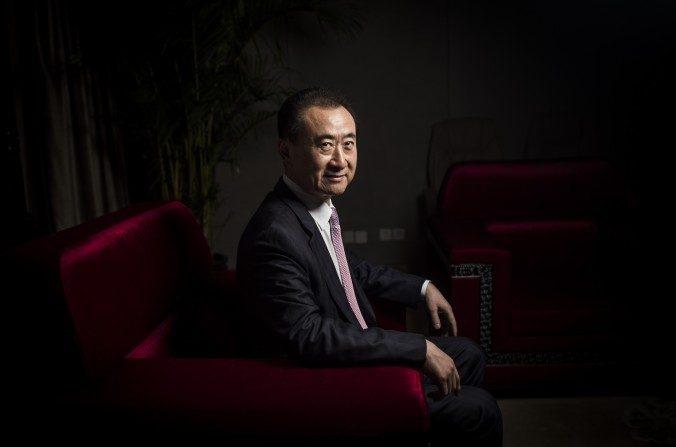 El presidente del Wanda Group de China, Wang Jianlin, en Beijing el 25 de agosto de 2016. Wang ya es propietario de AMC Entertainment, Legendary Entertainment, de los Globos de Oro a través de Dick Clark Productions, y está en proceso de construir lo que será el estudio de cine más grande del mundo, en el noreste de China. (FRED DUFOUR/AFP/Getty Images)