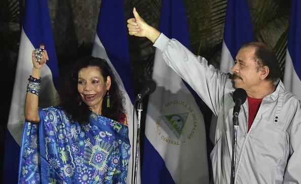 El dictador de Nicaragua Daniel Ortega junto a Rosario Murillo su esposa y vicepresidenta. (RODRIGO ARANGUA/AFP/Getty Images)