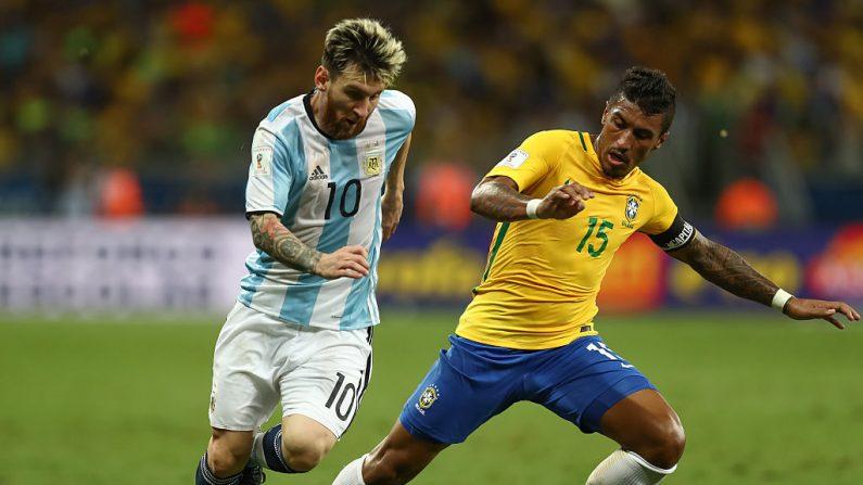 Paulinho (R) de Brasil lucha por el balón con Lionel Messi de Argentina sil. (Foto por Buda Mendes/Getty Images)