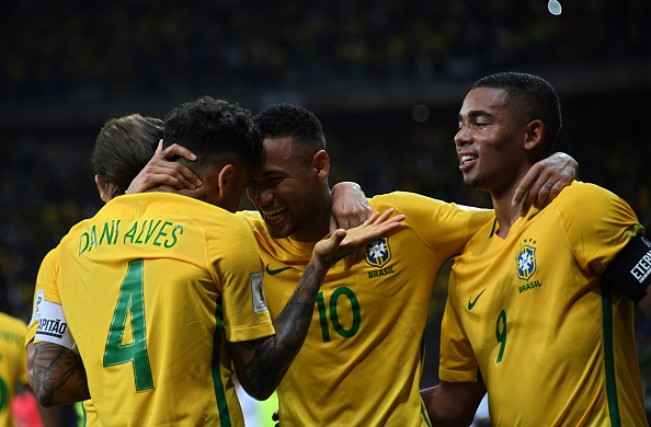 Neymar de Brasil (Cen.) celebra con sus compañeros de equipo Dani Alves (Izq.) y Gabriel Jesus luego de convertir frente a  Argentina durante el partido de eliminatorias rumpo a FIFA World Cup 2018 en Belo Horizonte, Brasil, el 10 de noviembre de 2016. (VANDERLEI ALMEIDA/AFP/Getty Images)
