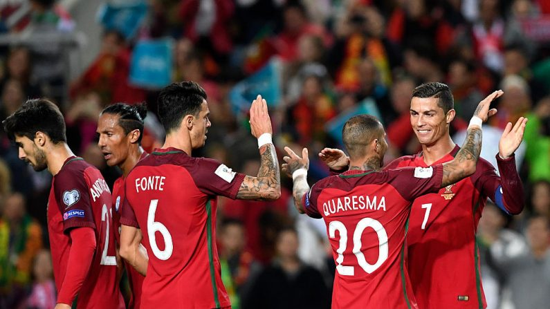 Cristiano Ronaldo (R) delantero de Portugal (foto por FRANCISCO LEONG/AFP/Getty Images)