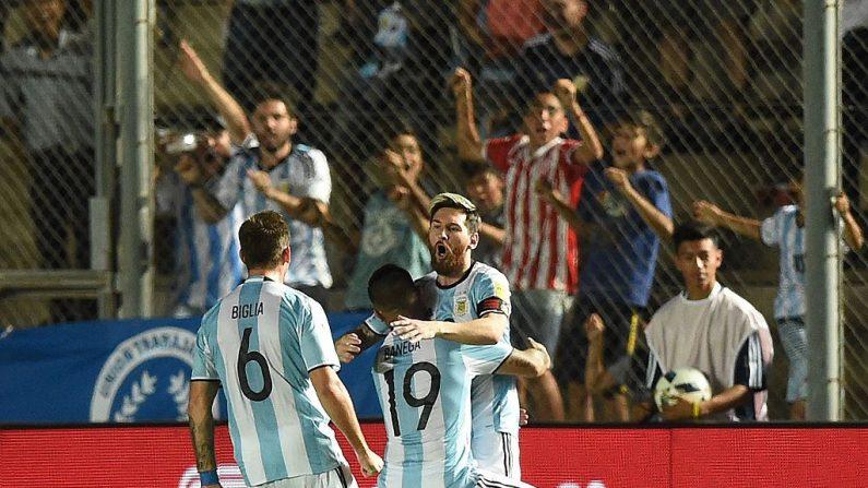 Lionel Messi (Der.) de Argentina. (EITAN ABRAMOVICH/AFP/Getty Images)