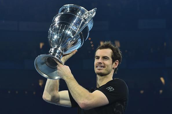 El británico Andy Murray levanta el trofeo ATP World Number One después de ganar la final masculina de singles ante el serbio Novak Djokovic en el octavo y último día del torneo ATP World Tour Finals en Londres el 20 de noviembre de 2016. (GLYN KIRK/AFP/Getty Images)