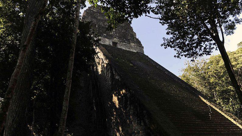 Vista del templo maya en el sitio arqueológico de Tikal en el departamento de Petén, 560 kms al norte de la ciudad de Guatemala. (Crédito: JOHAN ORDONEZ/AFP/Getty Images)