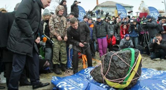 Meteorito de 570 kilogramos, parte del asteroide que impactó en Cheliabinsk el 15/2/2014. (Gobierno de Cheliabinsk)