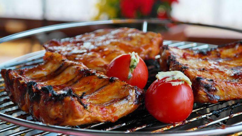 Barbacoa ribs con tomates asados. (Pixabay)