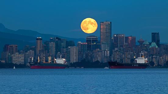 Vista de superluna sobre rascacielos de Vancouver. (Gordon Ashby / Getty Images)