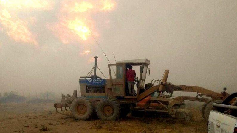 Maquinas de Vialidad Provincial trabajan en las zonas afectadas por el incendio en la provincia de Río Negro, en el sur de Argentina. (Gobierno de Río Negro)