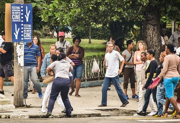 Una miembro de la organización de derechos humanos Damas de Blanco es detenida por policías cubanos el 10 de diciembre de 2015, en La Habana, Cuba. (ADALBERTO ROQUE / AFP / Getty Images)