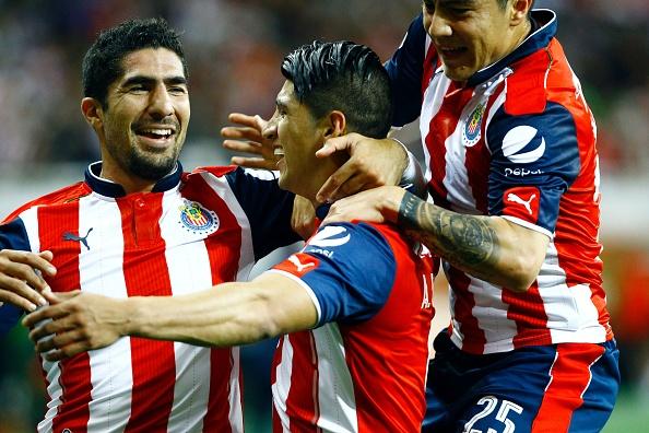 Alan Pulido (C),  Michael Pérez y Jair Pereira de las Chivas de Guadalajara. (HECTOR GUERRERO/AFP/Getty Images)