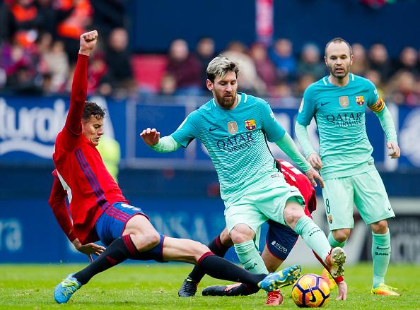 PAMPLONA, Lionel Messi con Oriol Riera del CA Osasuna en el encuentro por la La Liga, 10 de diciembre de 2016. (Juan Manuel Serrano Arce/Getty Images)