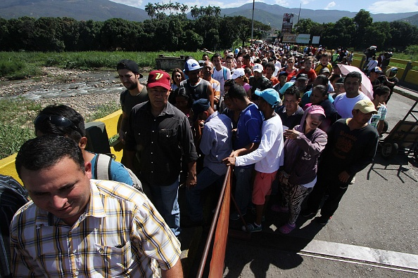 La gente hace cola para cruzar el puente internacional Simón Bolívar de San Antonio del Táchira, en Venezuela, al departamento de Norte de Santander en Colombia, el 20 de diciembre de 2016, después de que Venezuela volviera a abrir el paso fronterizo. (GEORGE CASTELLANOS / AFP / Getty Images)