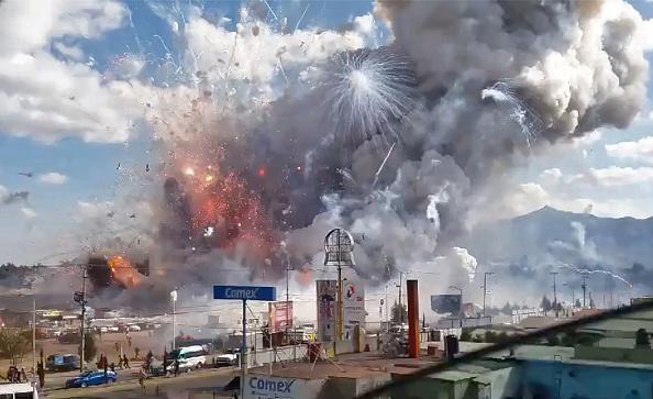 Una explosión masiva ataca el mayor mercado de fuegos artificiales de México en Tultepec, el 20 de diciembre de 2016. (Foto: JOSE LUIS TOLENTINO/AFP/Getty Images)