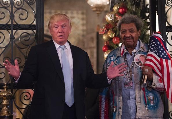 El presidente electo Donald Trump, junto al promotor de boxeo Don King, responde a preguntas de los medios de comunicación después de un día de reuniones el 28 de diciembre de 2016 en Mar-a-Lago en Palm Beach, Florida. (DON EMMERT / AFP / Getty Images)