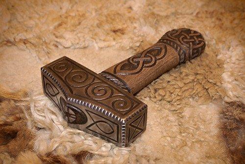 El objeto más representativo de Thor y su arma preferida es el martillo de guerra Mjolnir, creado por enanos, y que nunca falla en su blanco.