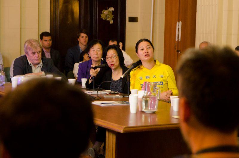 Dong Yuhua (vestida de amarillo, a la derecha) en la Legislatura de la Ciudad de Buenos Aires, 14 de diciembre de 2016. (La Gran Época)