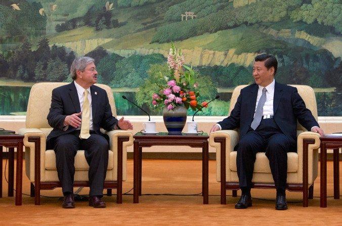 El gobernador de Iowa Terry Branstad se reúne con el líder chino Xi Jinping durante una reunión en Beijing el 15 de abril de 2013. Branstad ha sido elegido por el presidente electo Donald Trump como embajador de Estados Unidos en China. (ANDY WONG / AFP / Getty Images)